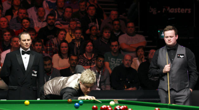 Australia's Neil Robertson (C) lines up a shot during a frame against Shaun Murphy (R) of England during the final of the BGC masters snooker tournament at Alexandra Palace in London, on January 22, 2012. AFP PHOTO / JUSTIN TALLIS (Photo credit should read JUSTIN TALLIS/AFP/Getty Images)