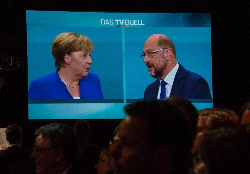 Journalists watch a televised debate between Angela Merkel and Martin Schulz at a television studio in Berlin on September 3, 2017 (AFP Photo/John MACDOUGALL)