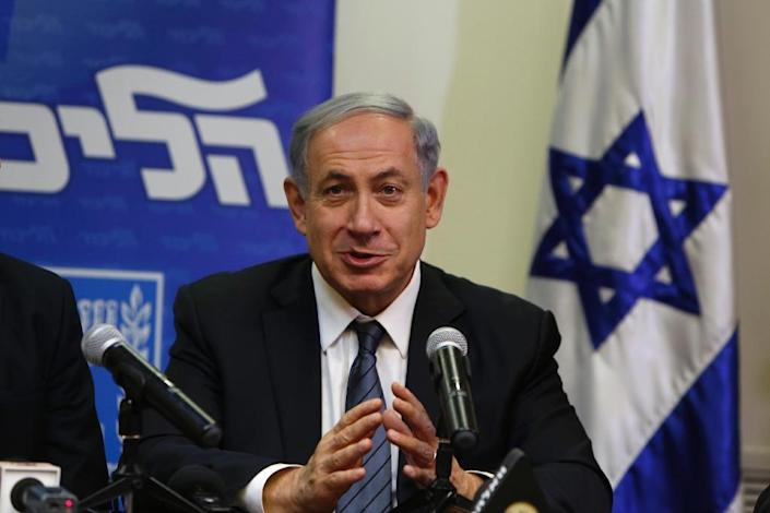 Israeli Prime Minister Benjamin Netanyahu (R) at a press conference at the Knesset in Jerusalem, on May 6, 2015, after announcing the formation of a coalition government (AFP Photo/Gali Tibbon)