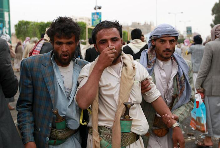 A Yemeni protester suffering from tear gas inhalation is evacuated during clashes between riot police and Shiite Huthi rebels on September 7, 2014 in Sanaa (AFP Photo/Mohammed Huwais)