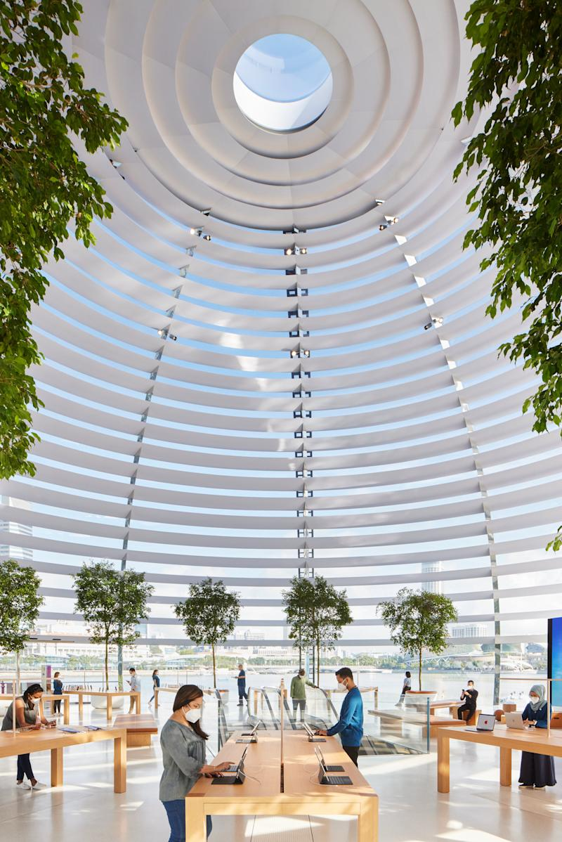 An oculus at the apex of the dome provides a flooding ray of light, with custom sunshade rings lining the interior glass. (PHOTO: Apple)