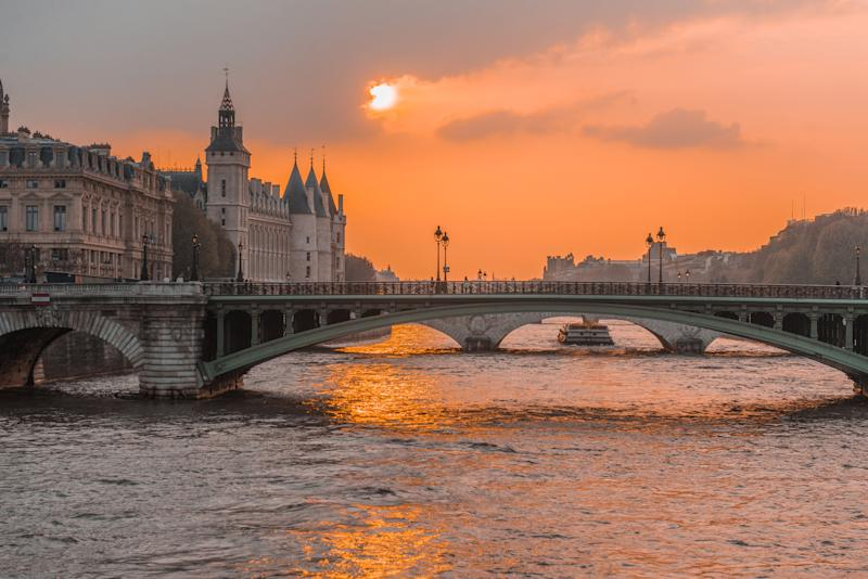 Sunset river sena paris, with boats and bridges in the background (Photo: Odairson Antonello via Getty Images)