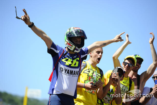 "Fans de Valentino Rossi, Yamaha Factory Racing <span class=""copyright"">Gold and Goose / Motorsport Images</span>"