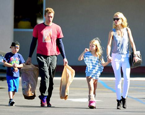 """PICTURE: Gwyneth Paltrow, Chris Martin Shop at Toys """"R"""" Us With Kids"""
