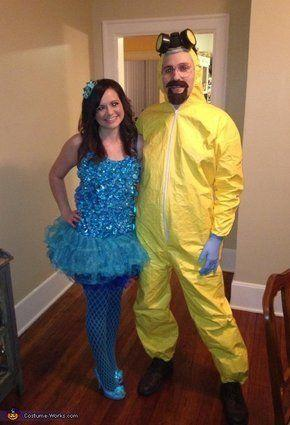 """Vía <a href=""""http://www.costume-works.com/costumes_for_couples/blue_meth_and_walter_white.html"""" target=""""_blank"""">Costume-Works.com</a>"""