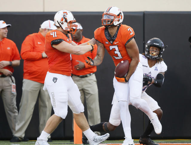 "Oklahoma State's <a class=""link rapid-noclick-resp"" href=""/ncaaf/players/228415/"" data-ylk=""slk:Marcell Ateman"">Marcell Ateman</a> might have a future in basketball if this football thing doesn't work out (AP Photo)"