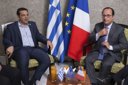 French President Francois Hollande (R) and Greek Prime Minister Alexis Tsipras meet on the sidelines of  the inauguration of a new Suez Canal waterway, in Ismailia,Egypt, August 6, 2015. REUTERS/Philippe Wojazer
