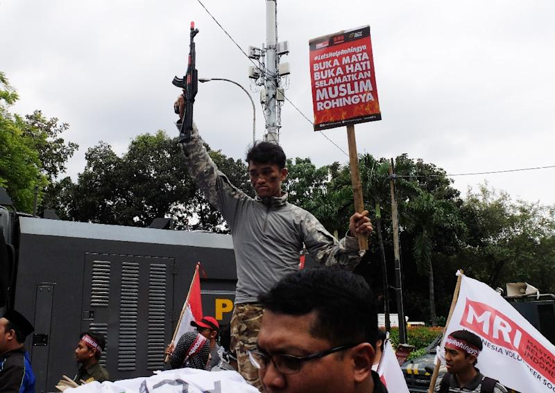 """Indonesians hold a rally outside the Myanmar embassy in Jakarta against the """"ethnic cleansing"""" of Rohingya Muslims on November 25, 2016 (AFP Photo/Bay Ismoyo)"""