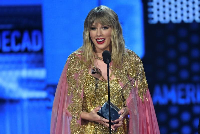 The Latest: Swift wins top honour at AMAs, breaks MJ record