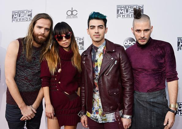 <p>Joe Jonas brightened his blue hue while his bandmate to the right rocked one of the most bizarre hairstyles we've ever seen. <i>(Photo: Getty Images)</i></p>