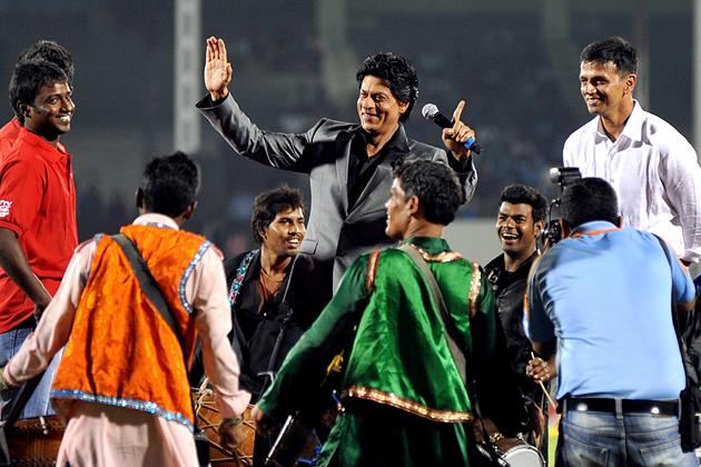 Indian Bollywood actor Shah Rukh Khan (C) and former Indian cricketer Rahul Dravid (R) launch the grand opening ceremony of the Toyota University Cricket Championship (TUCC) first match of the season in Mumbai on February 23, 2013.  AFP PHOTO        (Photo credit should read STR/AFP/Getty Images)