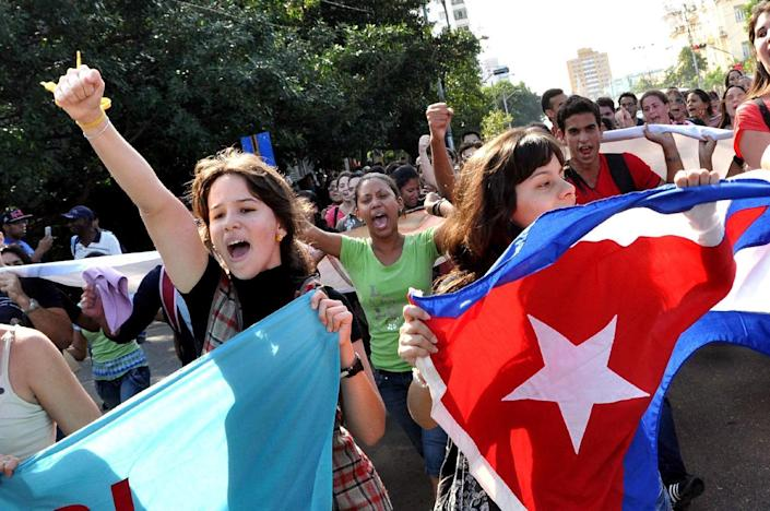 Cuban students march in a street of Havana on December 17, 2014 (AFP Photo/Roberto Morejon)