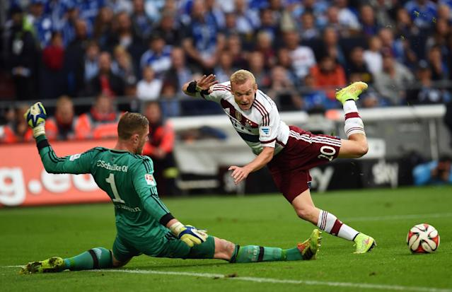 Schalke's goalkeeper Ralf Faehrmann (L) and Bayern Munich's midfielder Sebastian Rode vie for the ball during the German first division Bundesliga football match FC Schalke 04 vs FC Bayern Munich, in Gelsenkirchen on August 30, 2014 (AFP Photo/Patrik Stollarz)