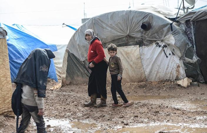 Syrian refugees in a camp on February 6, 2016 in Bab al-Salam (AFP Photo/Bulent Kilic)