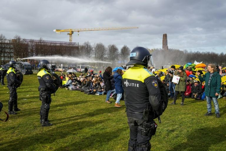 Protests against Rutte in The Hague on Sunday ended with police using water cannon against demonstrators