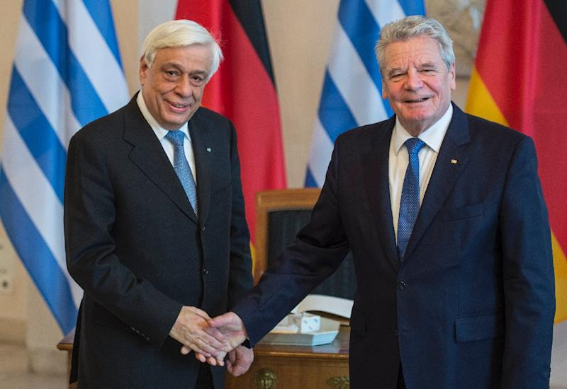 German President Joachim Gauck (right) shakes hands with his Greek counterpart Prokopis Pavlopoulos after talks in Berlin, on January 18, 2016 (AFP Photo/John MacDougall)