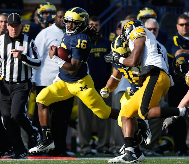 ANN ARBOR, MI - NOVEMBER 17: Denard Robinson #16 of the Michigan Wolverines heads down the sideline during a third quarter run while playing the Iowa Hawkeyes at Michigan Stadium on November 17, 2012 in Ann Arbor, Michigan. Michigan won the game 42-17. (Photo by Gregory Shamus/Getty Images)