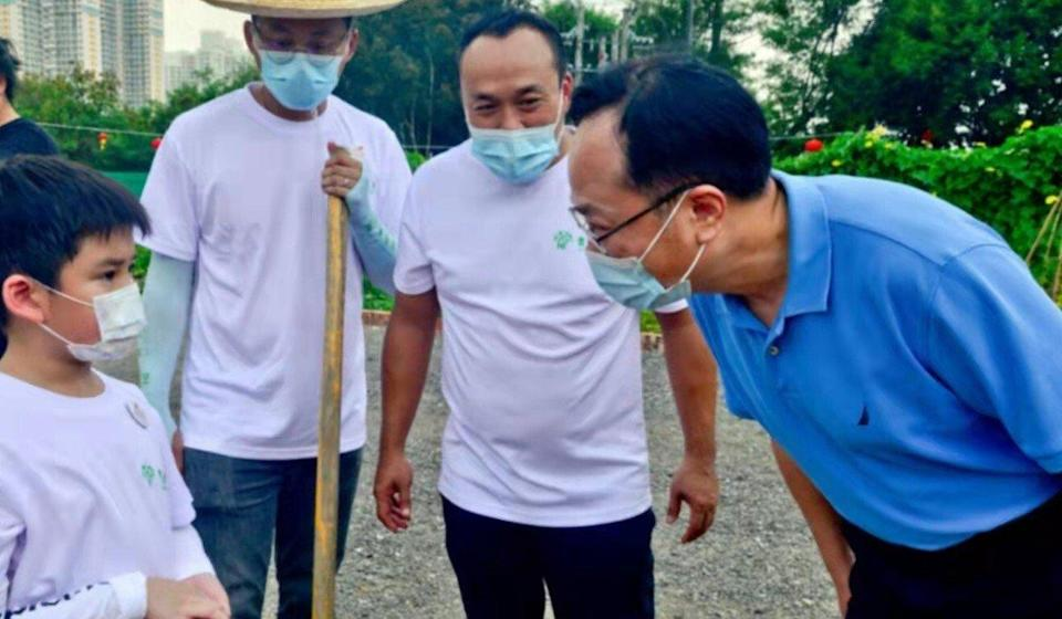 Chen Dong visits a farm in Tin Shui Wai. Photo: Liaison office website