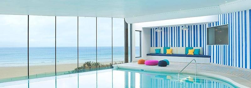 The glass-walled pool overlooking the sweeping beach at Watergate Bay (Watergate Bay )