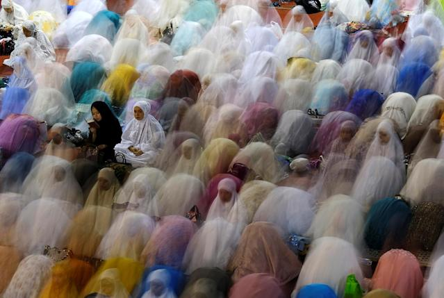 <p>Indonesian Muslims pray on the first day of Ramadan at Istiqlal Mosque in Jakarta, Indonesia, May 26, 2017. (Beawiharta/Reuters) </p>