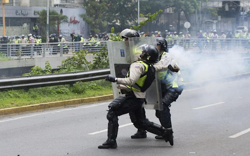 Venezuelan police throw tear gas at protesters - © 2016 Bloomberg Finance LP