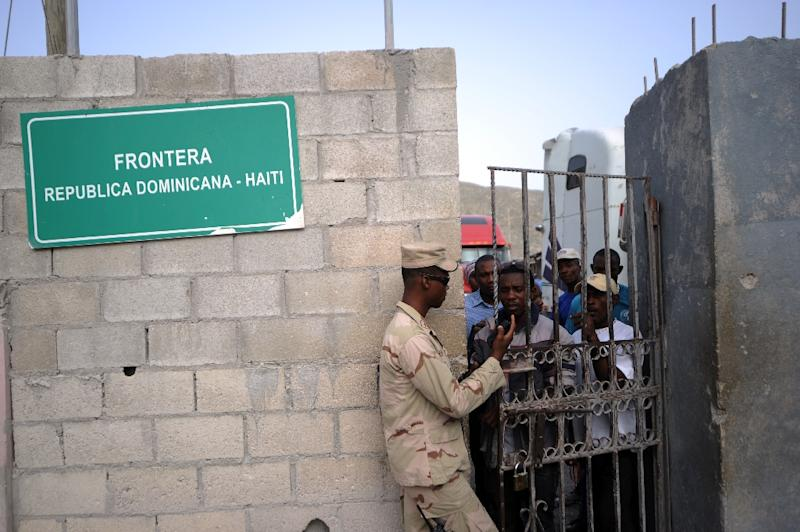 Dominican soldiers control access at the Haitian-Dominican border on June 20, 2015 (AFP Photo/Hector Retamal)