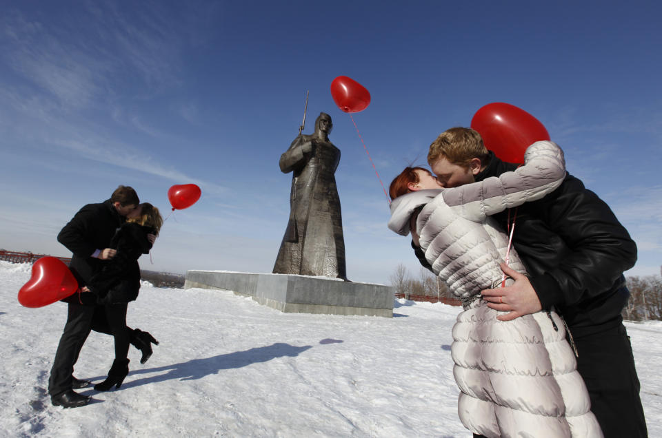 Couples kiss during a flashmob organised by a local television station on the eve of Valentine's Day in the southern Russian city of Stavropol February 13, 2012.  REUTERS/Eduard Korniyenko (RUSSIA - Tags: SOCIETY ANNIVERSARY TPX IMAGES OF THE DAY) FOR BEST QUALITY IMAGE SEE GM1EA3D1SAA01