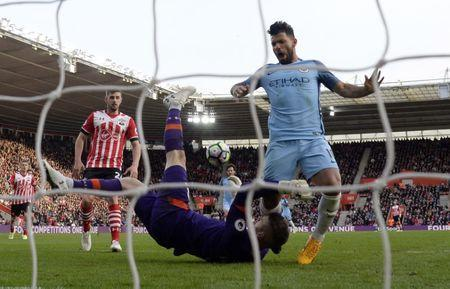 Britain Soccer Football - Southampton v Manchester City - Premier League - St Mary's Stadium - 15/4/17 Manchester City's Sergio Aguero in action with Southampton's Fraser Forster Action Images via Reuters / Tony O'Brien Livepic