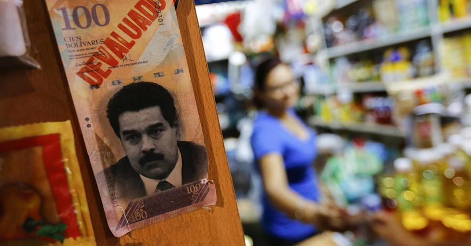 Venezuela's black market exchange rate weakened below a key level on Thursday, as the bolivar's decline steepened in the face of hyperinflation and a rapidly shrinking economy.