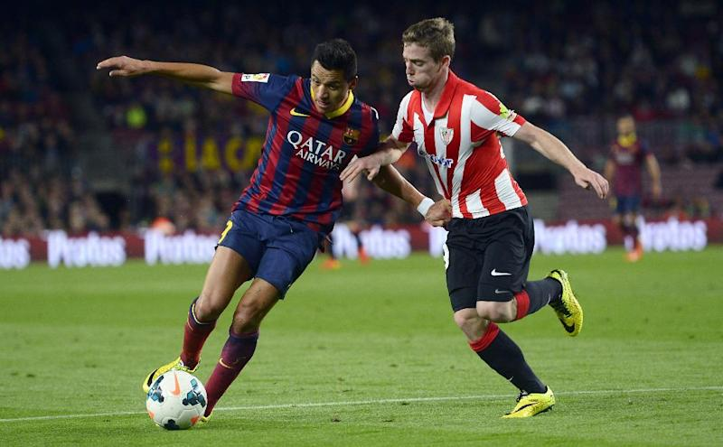 FC Barcelona's Alexis Sanchez, from Chile, left, duels for the ball against Athletic Bilbao's Iker Muniain during a Spanish La Liga soccer match at the Camp Nou stadium in Barcelona, Spain, Sunday, April 20, 2014. (AP Photo/Manu Fernandez)