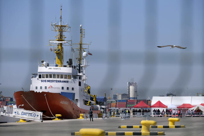 Spain welcomes the 630 refugees rescued by the Aquarius after their arrival at the Port of Valencia. (Photo: José Colón for Yahoo News)