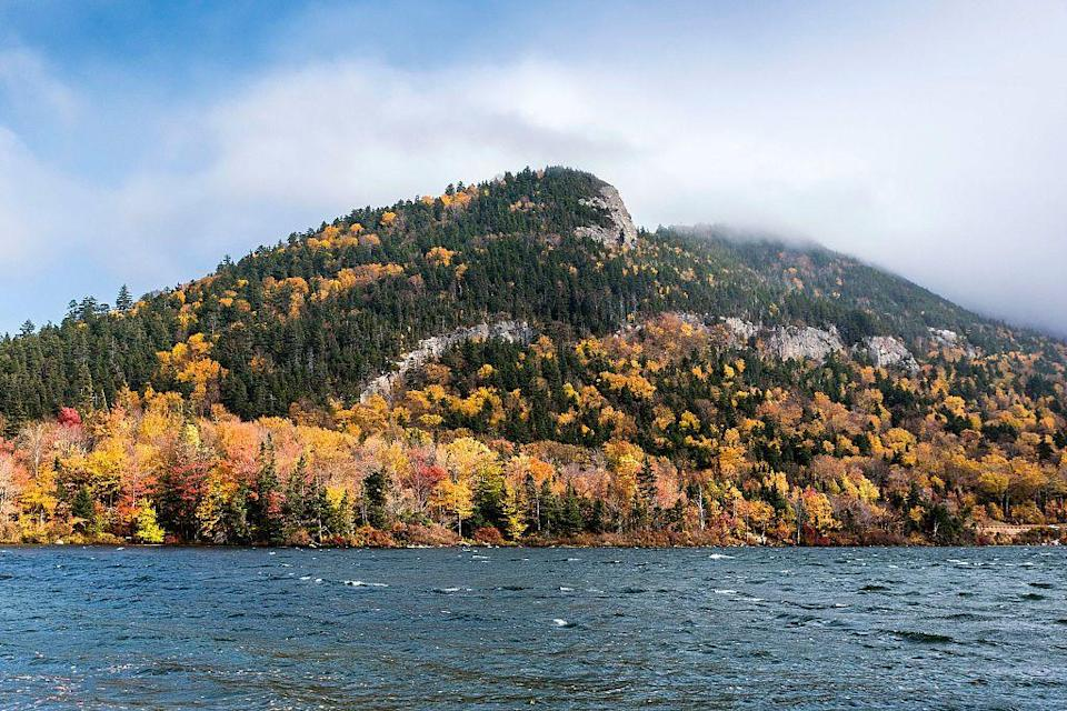 <p>Staying at a cozy B&B is a dream getaway in New Hampshire. While there, don't pass up Echo Lake, located within the Franconia Notch State Park. </p>
