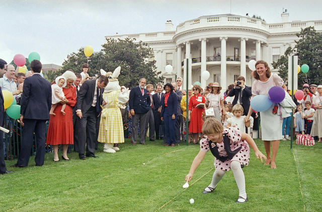 <p>Vice President and Mrs. Barbara Bush, standing left, watch as a young child starts the annual White House Easter Egg roll, Monday, April 20, 1987 in Washington on the South Lawn of the White House. Some 37,000 people attended the 109th Easter Egg roll. (Photo/Ron Edmonds/AP) </p>