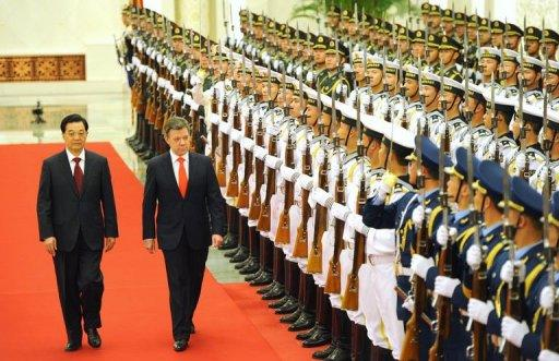 Chinese President Hu Jintao (L) and Colombian President Juan Manuel Santos (R) review the Chinese military honor guard