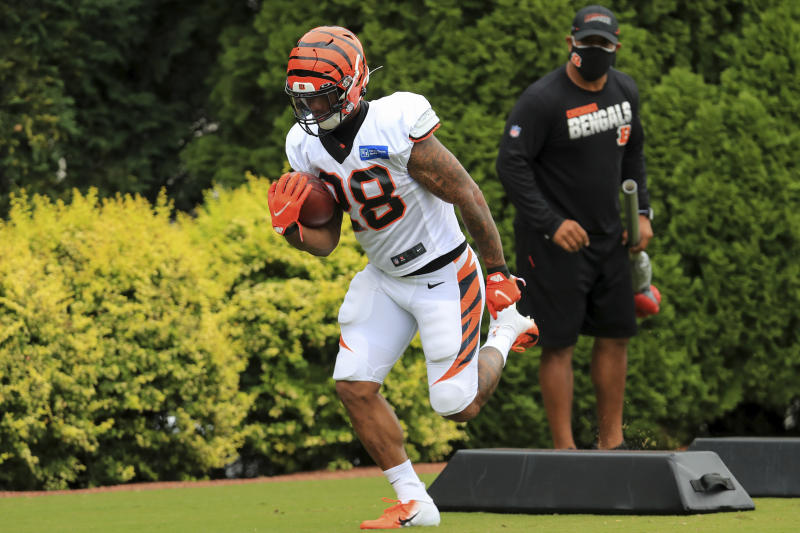 Cincinnati Bengals' Joe Mixon (28) carries the ball in training camp. (AP Photo/Aaron Doster)