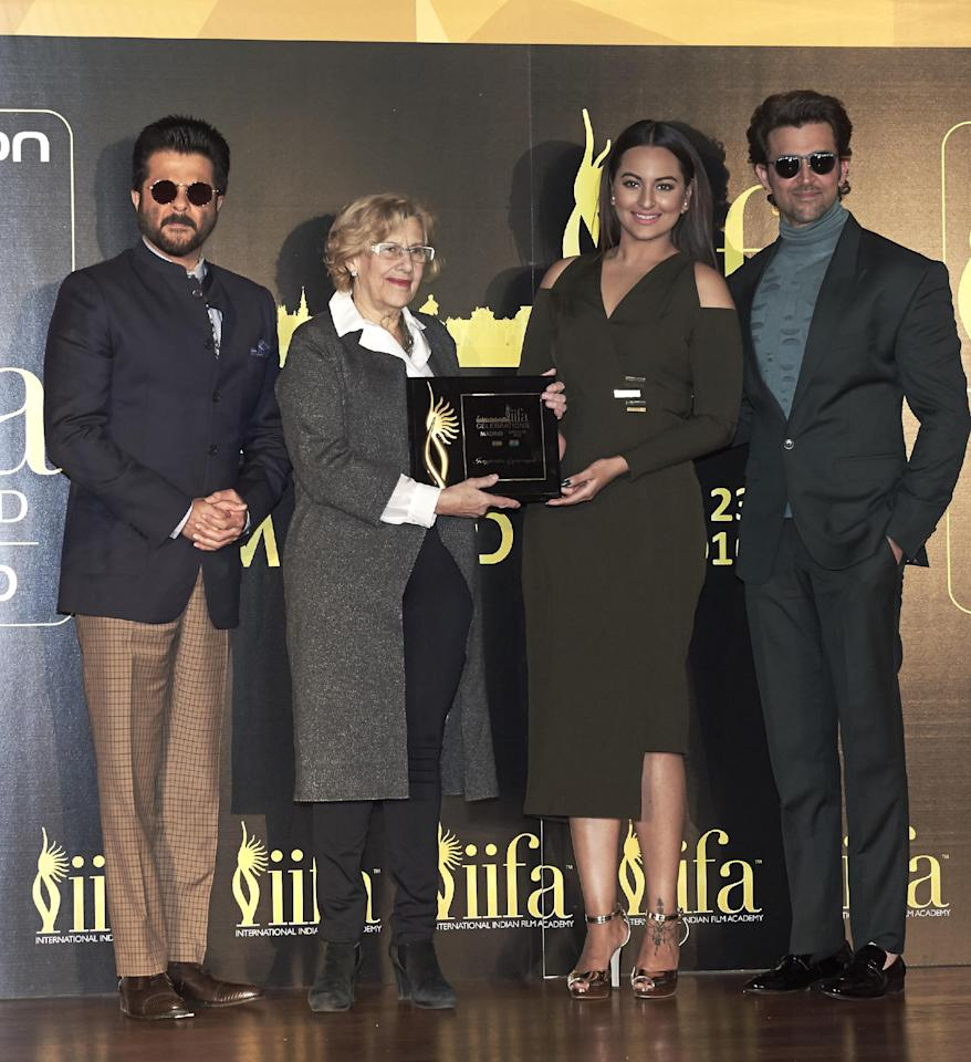 MADRID, SPAIN - MARCH 14:  (L-R) Indian actor Anil Kapoor, Mayor of Madrid Manuela Carmena Indian Aactress Sonakshi Sinha and Indian actor Hrithik Roshan attend the 17th International Indian Film Academy (IIFA) awards press conference at the Retiro Park on March 14, 2016 in Madrid, Spain.  (Photo by Carlos Alvarez/Getty Images)