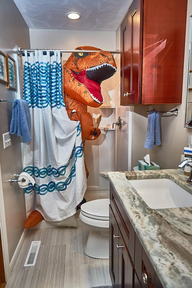 <p>Peeking out from behind the shower curtain. (Photo: Nebraska Realty/Caters News) </p>