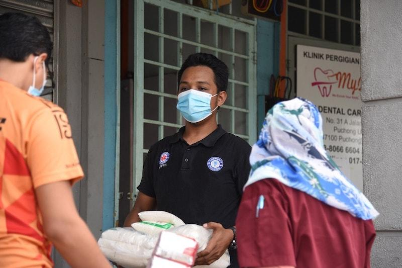 A Community Policing Malaysia member lending a hand with the essential goods — Picture courtesy of Facebook/ Kuan Chee Heng