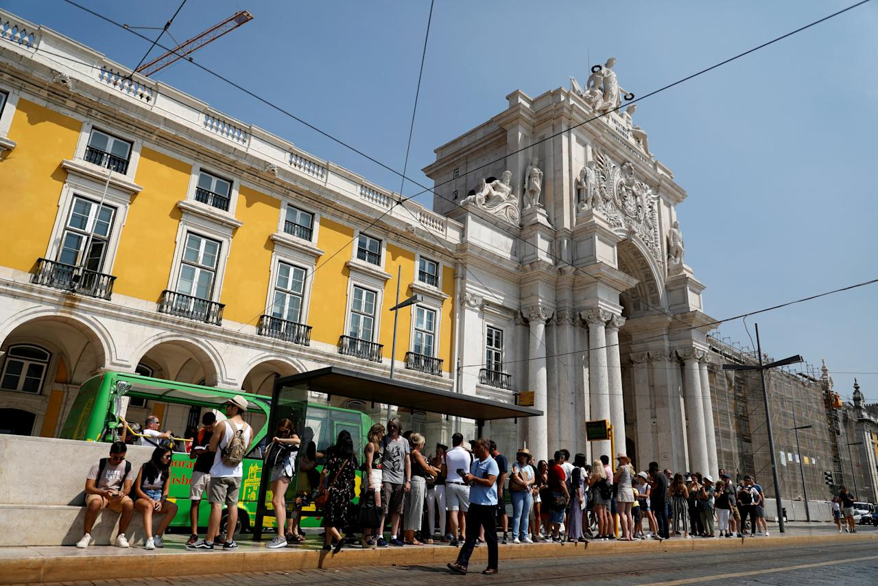 FILE PHOTO: Tourists wait for a tram at Comercio square in downtown Lisbon, Portugal August 17, 2018. REUTERS/Rafael Marchante/File Photo