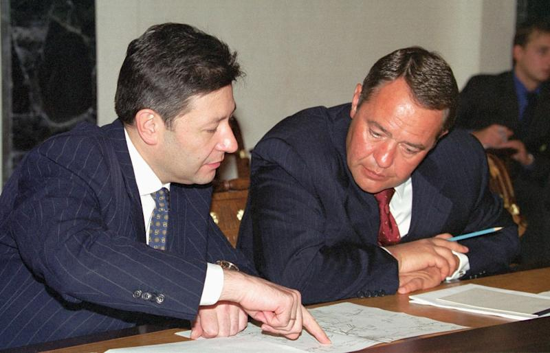 Russia's then Minister of Press, Television and Radio Broadcasting, Mikhail Lesin (R) and then Telecommunication Minister Leonid Reiman confer during a meeting at the Kremlin in Moscow on August 28, 2000 (AFP Photo/)
