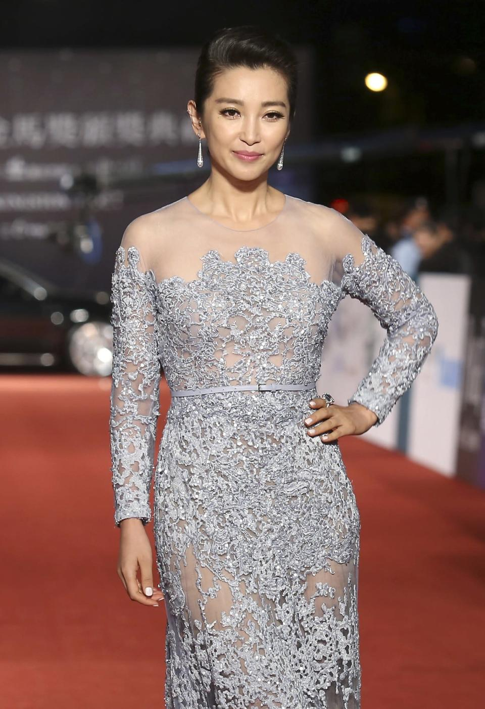 Chinese actress Li Bingbing poses for photographers on the red carpet at the 50th Golden Horse Film Awards in Taipei November 23, 2013. REUTERS/Patrick Lin (TAIWAN - Tags: ENTERTAINMENT)
