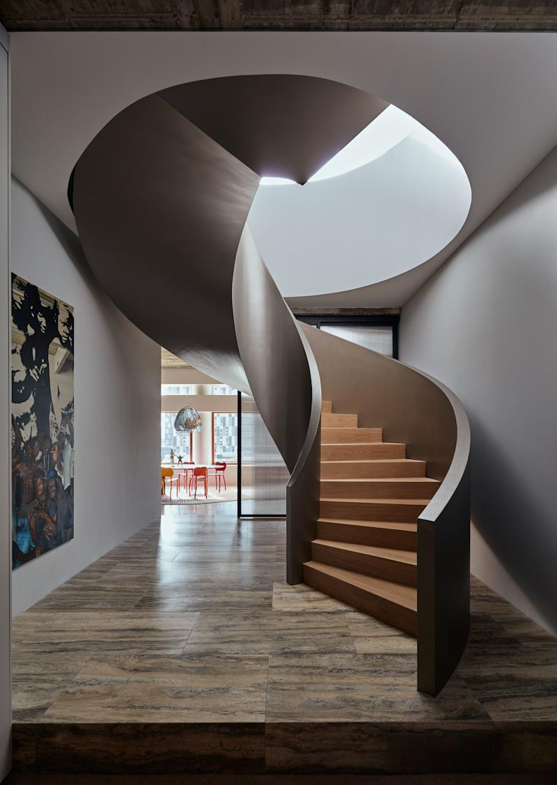 The Powerhouse Company signature spiral staircase connects the top floor of the existing building with the newly created penthouse. The stair is made of champagne-colored stucco and oak steps.