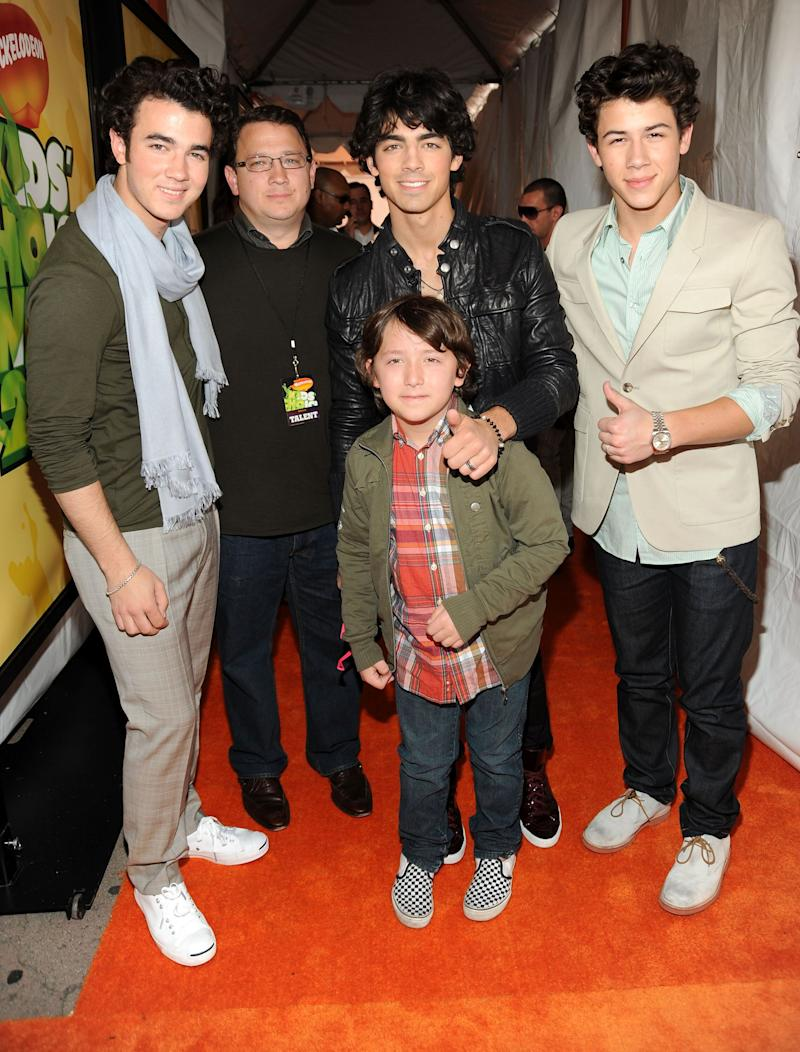 Kevin Jonas Sr. (second from left) poses with the Jonas Brothers and their younger sibling Frankie Jonas at the Nickelodeon's Kids' Choice Awards on March 28, 2009 in Westwood, California.