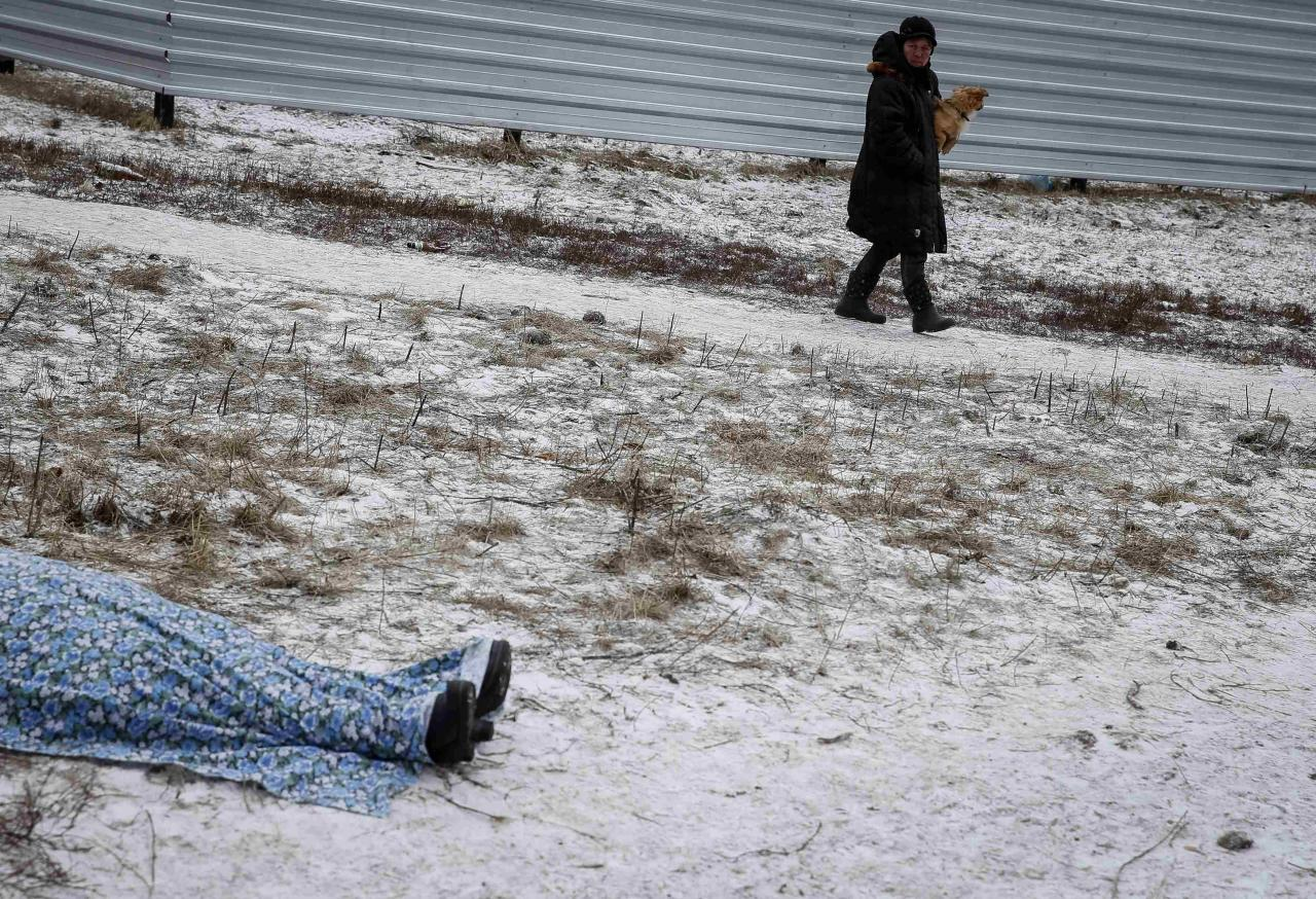 ATTENTION EDITORS - VISUAL COVERAGE OF SCENES OF INJURY AND DEATH  The body of a woman killed by recent shelling lies on a street in the residential sector in the town of Kramatorsk, eastern Ukraine, February 10, 2015. Seven civilians have been killed and 26 wounded in rocket strikes on the town of Kramatorsk on Tuesday, the government-controlled regional administration said in a statement.  REUTERS/Gleb Garanich (UKRAINE - Tags: POLITICS CIVIL UNREST CONFLICT)