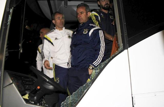 Fenerbahce's head coach Ismail Kartal (right) inspects the shattered windscreen after a gunman attacked the team bus in Trabzon on April 4, 2015 (AFP Photo/Ihlas News Agency)