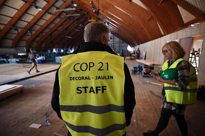 People work at the construction site of the centre which will host the UN climate conference COP21 in Le Bourget, outside Paris, on October 27, 2015 (AFP Photo/Lionel Bonaventure)