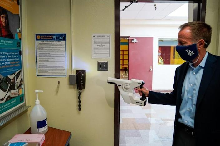 "Los Angeles Unified School District Supt. Austin Beutner demonstrates the use of sanitizing tools while taking a tour of Burbank Middle School. <span class=""copyright"">(Kent Nishimura / Los Angeles Times)</span>"
