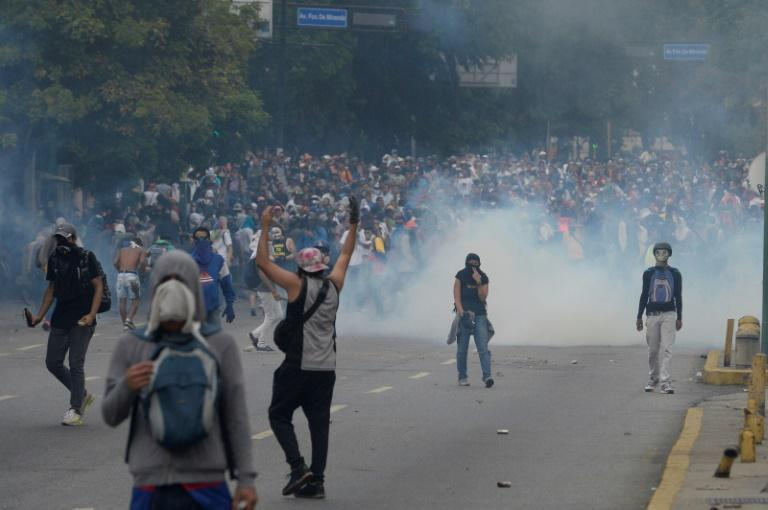 Venezuelan opposition activists clash with riot police in Caracas on April 10, 2017