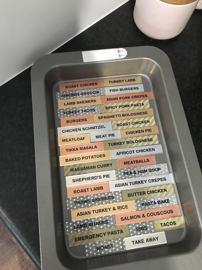 She printed her meals on labels and hides them in the tray with magnetic tape. Photo: Facebook