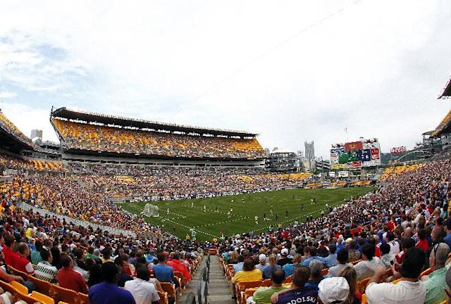 Fans watch the International Champions Cup 2014 match between AC Milan and Manchester City on July 27, 2014 at Heinz Field in Pittsburgh, Pennsylvania (AFP Photo/Justin K. Aller)
